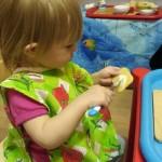 Намазываем крекеры сыром